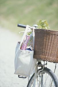 自転車のハンドルに掛けた買物袋の写真素材 [FYI03232258]