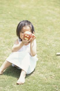 リンゴを見せる少女の写真素材 [FYI03232266]