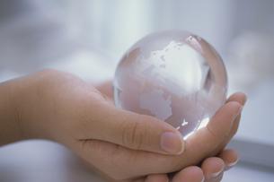 少女の手に持ったガラスの地球儀の写真素材 [FYI03232280]