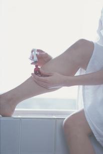 ペディキュアを塗る女性の足元の写真素材 [FYI03232289]
