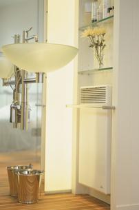 ライトを灯したバスルームの写真素材 [FYI03232300]