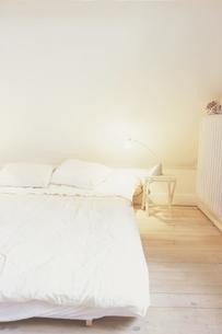 ライトを灯したベットルームの写真素材 [FYI03232304]