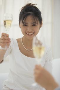 シャンパングラスを持った花嫁の写真素材 [FYI03232325]