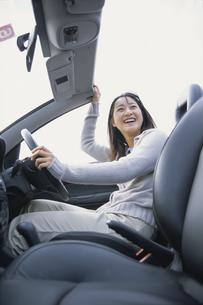 オープンカーの運転席に乗った女性の写真素材 [FYI03232335]