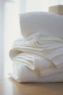 重ねた白いバスタオルの写真素材 [FYI03232336]