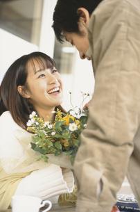 男性から花束を貰い笑顔の女性の写真素材 [FYI03232347]