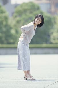 手を腰に当て微笑む女性の写真素材 [FYI03232351]