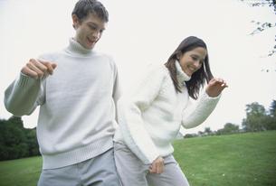 公園でふざけ合うカップルの写真素材 [FYI03232356]