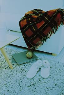 リビングのソファに掛けた赤いブランケットの写真素材 [FYI03232377]