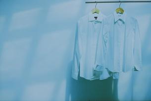ハンガーに掛けた白いシャツ2枚の写真素材 [FYI03232378]