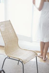 窓際の籐の椅子と女性の写真素材 [FYI03232388]