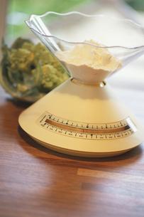 テーブルの上の料理用量りの写真素材 [FYI03232399]