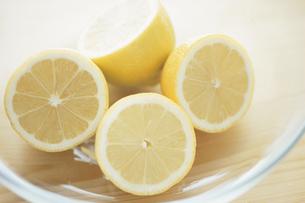 半分に切ったレモンの写真素材 [FYI03232400]