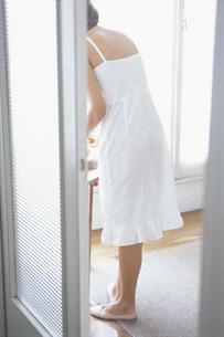 白いキャミソールの女性後姿の写真素材 [FYI03232401]