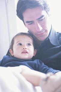 父親に抱かれる子供の写真素材 [FYI03232427]