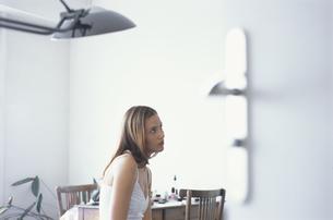 開いたドアの向うに女性の写真素材 [FYI03232434]