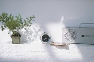 観葉植物と時計とラジカセの写真素材 [FYI03232455]