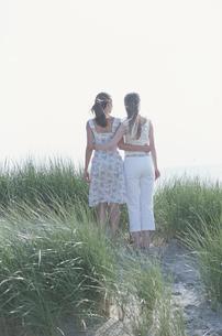 腰に手を回して立つ女性2人後姿の写真素材 [FYI03232504]