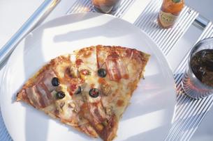 白い皿に乗ったピザの写真素材 [FYI03232543]
