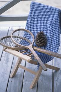 椅子の上のラケット2つの写真素材 [FYI03232556]
