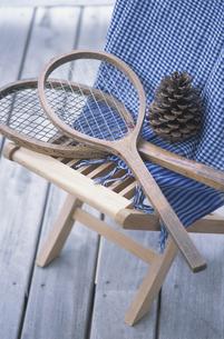 椅子の上のラケット2つの写真素材 [FYI03232559]