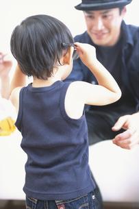 父親にサングラスを掛けて見せる子供の写真素材 [FYI03232592]