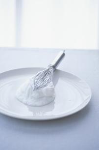 白いお皿の上のメレンゲとホイッパーの写真素材 [FYI03232595]