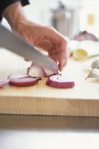 野菜を切る男性の写真素材 [FYI03232608]