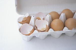 卵の殻と卵の写真素材 [FYI03232616]