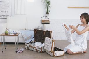 旅行の荷造りをする女性の写真素材 [FYI03232623]