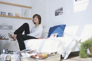 広げたスーツケースと女性の写真素材 [FYI03232642]