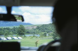 ドライバーとフロントガラスから見る景色の写真素材 [FYI03232664]
