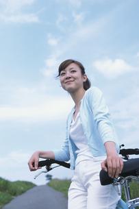 自転車を止めて休む女性の写真素材 [FYI03232668]