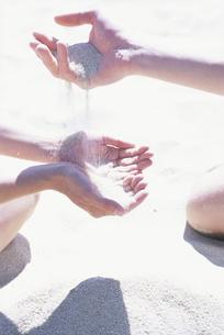 ビーチの砂で遊ぶ人の手の写真素材 [FYI03232685]