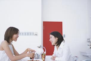 お茶を飲みながら語る2人の女性の写真素材 [FYI03232705]