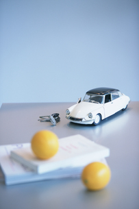 テーブルの上のブリキの車とオレンジの写真素材 [FYI03232738]