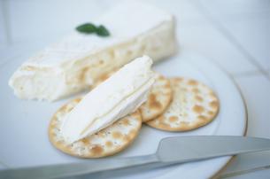 皿のクラッカーとチーズとナイフの写真素材 [FYI03232760]