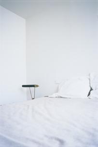白いシーツのベッドの写真素材 [FYI03232867]