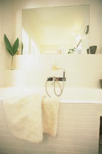 バスタブにタオルが掛かったバスルームの写真素材 [FYI03232909]