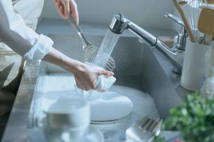 流しで洗い物をする女性の写真素材 [FYI03232963]