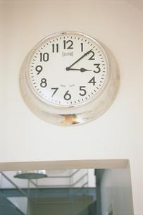 丸いスチールの壁掛け時計の写真素材 [FYI03232977]