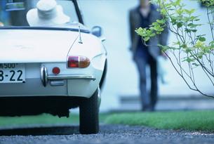 車で待つ女性に向かう男性シルエットの写真素材 [FYI03232984]
