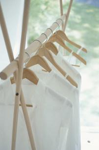 ハンガーにかけられて並んだシャツの写真素材 [FYI03233020]