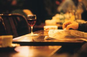 カフェの女性の手元の写真素材 [FYI03233060]