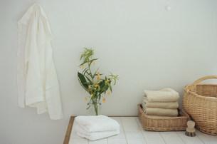 タオルや籐カゴと壁に掛ったシャツの写真素材 [FYI03233156]