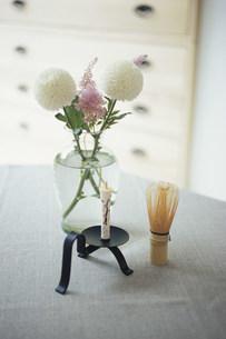 茶せんとロウソクと植物の写真素材 [FYI03233176]