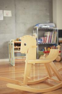 木馬とその奥の本棚の写真素材 [FYI03233184]