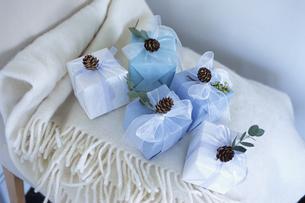 マフラーとプレゼントの写真素材 [FYI03233199]