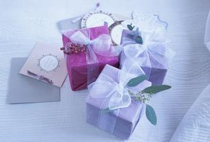 プレゼントとメッセージカードの写真素材 [FYI03233202]