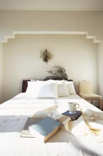 ベッドの上の本の写真素材 [FYI03233208]